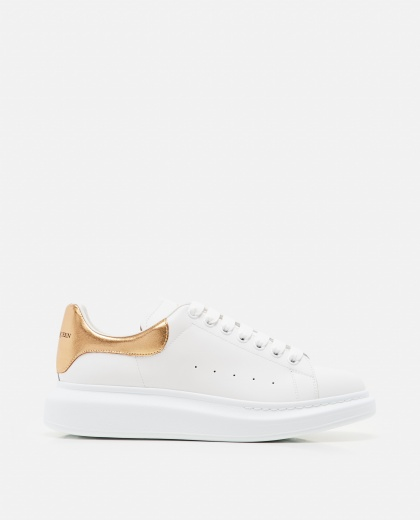 Sneakers with oversized sole